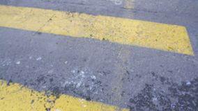 Πόδια του περιστασιακού νέου αρσενικού πεζού που διασχίζουν την οδό πόλεων, κανόνες κυκλοφορίας, pov απόθεμα βίντεο