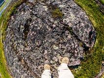 Πόδια του τουρίστα στα παπούτσια αθλητικής πεζοπορίας που περπατούν tundra Έννοια για το ταξίδι και την περιπέτεια στοκ φωτογραφίες