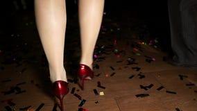Πόδια του χορεύοντας κοριτσιού στα τακούνια φιλμ μικρού μήκους