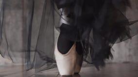 Πόδια του ballerina στα παπούτσια φιλμ μικρού μήκους