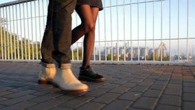 Πόδια του unrecognizable νέου ζεύγους που περπατά στη γέφυρα στο καλοκαίρι Φως ηλιοβασιλέματος Μοντέρνο ευτυχές ζευγάρι στην επιχ απόθεμα βίντεο