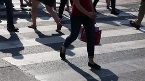 Πόδια των ανθρώπων πλήθους που περπατούν στο για τους πεζούς πέρασμα Κινηματογράφηση σε πρώτο πλάνο των ποδιών πλήθους Πλήθος πόλ απόθεμα βίντεο