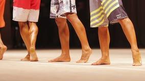 Πόδια των αρσενικών προτύπων ικανότητας που παρατάσσονται στη σκηνή, που θέτει ο διαγωνισμός φιλμ μικρού μήκους
