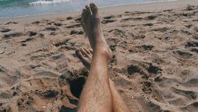 Πόδια των ατόμων που βρίσκονται στην παραλία κοντά στη θάλασσα, POV απόθεμα βίντεο