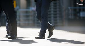 Πόδια των επιχειρηματιών που περπατούν στην πόλη του Λονδίνου Πολυάσχολη έννοια σύγχρονης ζωής Στοκ Εικόνες