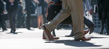 Πόδια των επιχειρηματιών που περπατούν στην πόλη του Λονδίνου Πολυάσχολη έννοια σύγχρονης ζωής Στοκ Φωτογραφία