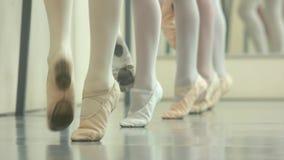 Πόδια των κοριτσιών μπαλέτου στα pointes φιλμ μικρού μήκους