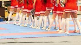 Πόδια των μαζορετών στα κόκκινα φορέματα που χορεύουν στο karate tornament φιλμ μικρού μήκους