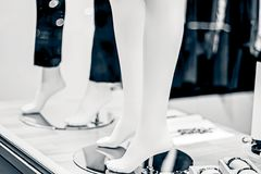 Πόδια των μανεκέν στο παντελόνι στην προθήκη Στοκ Εικόνα