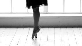 Πόδια Ballerina που φορούν το χορεύοντας παπούτσι απόθεμα βίντεο