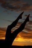 Πόδια Silhouete womans επάνω στο ηλιοβασίλεμα Στοκ Φωτογραφία