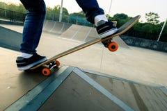 Πόδια Skateboarder που κάνουν σκέιτ μπορντ στο skatepark Στοκ φωτογραφίες με δικαίωμα ελεύθερης χρήσης