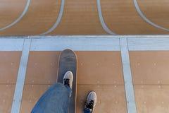 Πόδια Skateboarder που κάνουν σκέιτ μπορντ στο skatepark Στοκ Εικόνες