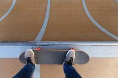 Πόδια Skateboarder που κάνουν σκέιτ μπορντ στο skatepark Στοκ Φωτογραφία