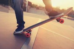 Πόδια Skateboarder που κάνουν σκέιτ μπορντ στο skatepark Στοκ φωτογραφία με δικαίωμα ελεύθερης χρήσης