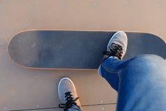 Πόδια Skateboarder που κάνουν σκέιτ μπορντ στο skatepark Στοκ Φωτογραφίες