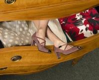 Πόδια Womans στο ανοικτό συρτάρι κομμών Στοκ Εικόνα