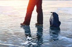 Πόδι ατόμων στην επιφάνεια πάγου στη λίμνη Baikal Χειμερινός αθλητισμός και έννοια ταξιδιού Στοκ εικόνα με δικαίωμα ελεύθερης χρήσης