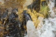 Πόδι ενός ψαρά που φορά τις wading μπότες Στοκ εικόνες με δικαίωμα ελεύθερης χρήσης