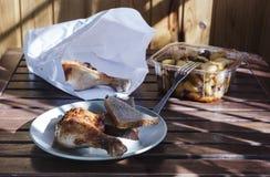 Πόδι κοτόπουλου με τις τηγανισμένες πατάτες Στοκ Εικόνες