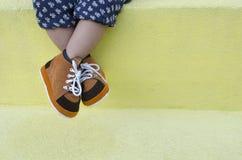 Πόδι μικρών παιδιών που φορά τα καφετιά παπούτσια Στοκ φωτογραφία με δικαίωμα ελεύθερης χρήσης