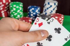 Πόκερ αποτυχίας, μια κακή κάρτα υπό εξέταση  Bluff Στοκ Εικόνα