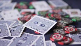 πόκερ Οι κάρτες είναι διεσπαρμένες γύρω από τον πίνακα φιλμ μικρού μήκους