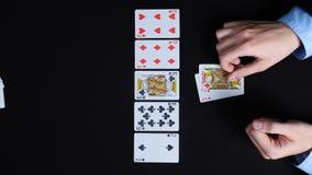 Πόκερ παιχνιδιού επιχειρηματιών με το δαίμονα Ο δαίμονας κερδίζει απόθεμα βίντεο