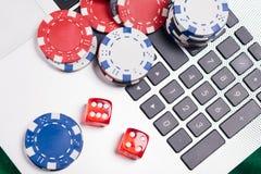 Πόκερ παιχνιδιού on-line σε ένα lap-top και ένα τηλέφωνο Στοκ εικόνα με δικαίωμα ελεύθερης χρήσης