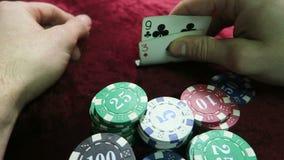 πόκερ παιχνιδιών κάρτες εννέα και επτά Περάσματα ατόμων γύρω από τα τσιπ το παιχνίδι είναι σε έναν κόκκινο velour υφασμάτων πίνακ απόθεμα βίντεο