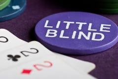 Πόκερ που τίθεται με τα τσιπ και τις κάρτες στον πίνακα Στοκ Εικόνα