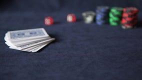 πόκερ Στο τυχερό παιχνίδι ο πίνακας είναι κάρτες και τσιπ απόθεμα βίντεο