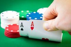 Πόκερ - δύο άσσοι και τσιπ στοκ φωτογραφία με δικαίωμα ελεύθερης χρήσης