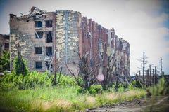 Πόλεμος, καταστροφές αερολιμένων σε Donbass, ξεφλουδισμένο σπίτι στοκ φωτογραφία με δικαίωμα ελεύθερης χρήσης