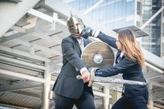 Πόλεμος πάλης επιχειρηματιών ιπποτών και επιχειρηματιών μπόξερ στην πόλη Στοκ φωτογραφίες με δικαίωμα ελεύθερης χρήσης