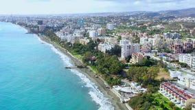 Πόλης ακτή με τα σύγχρονα buidings, την παραλία προκυμαιών και θάλασσας Λεμεσός, Κύπρος φιλμ μικρού μήκους