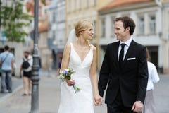 πόλης περπάτημα νεόνυμφων ν&upsil Στοκ εικόνα με δικαίωμα ελεύθερης χρήσης