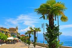 Πόλης όμορφο ανάχωμα Ιταλία Riviera Gardone στοκ φωτογραφία