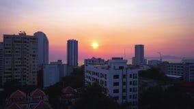 Πόλη από τη στέγη του σπιτιού στο ηλιοβασίλεμα απόθεμα βίντεο