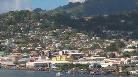 Πόλη και βουνά στην ακτή Kingstown, Άγιος Vincent και Γρεναδίνες απόθεμα βίντεο