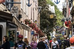 Πόλη Καναδάς 13 του Κεμπέκ 09 2017 οι άνθρωποι στη χαμηλότερη πόλη παλαιό Κεμπέκ, ένα από τα τουριστικά αξιοθέατα είναι μια περιο Στοκ Εικόνες
