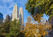 Πόλη Μανχάταν της Νέας Υόρκης το φθινόπωρο με τους ουρανοξύστες και τα ζωηρόχρωμα δέντρα Στοκ Φωτογραφίες