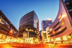Πόλη Ντίσελντορφ νύχτας Ξενοδοχείο Hyatt Γερμανία Φυσική θολωμένη ανασκόπηση Στοκ φωτογραφία με δικαίωμα ελεύθερης χρήσης