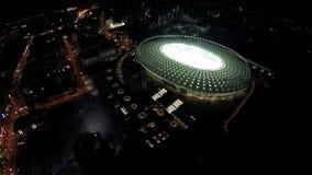 Πόλη νύχτας, εναέρια άποψη στο φωτισμένο γήπεδο ποδοσφαίρου κατά τη διάρκεια της αντιστοιχίας, αθλητισμός φιλμ μικρού μήκους