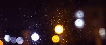 Πόλη νύχτας, φω'τα νέου, θολωμένο bokeh υπόβαθρο, σταγόνες βροχής δεμένη όψη σκαφών λιμένων νύχτας στοκ εικόνες