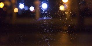 Πόλη νύχτας, φω'τα νέου, θολωμένο bokeh υπόβαθρο, σταγόνες βροχής δεμένη όψη σκαφών λιμένων νύχτας στοκ εικόνες με δικαίωμα ελεύθερης χρήσης