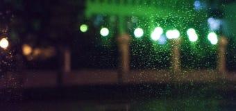 Πόλη νύχτας, φω'τα νέου, θολωμένο bokeh υπόβαθρο, σταγόνες βροχής δεμένη όψη σκαφών λιμένων νύχτας στοκ φωτογραφίες με δικαίωμα ελεύθερης χρήσης