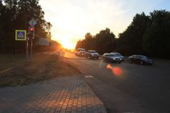 Πόλη οδών φύσης οδικών αυτοκινήτων θερινών ήλιων βραδιού στοκ εικόνες