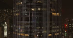 Πόλη, ουρανοξύστες και κτήρια νύχτας με το φωτισμό απόθεμα βίντεο
