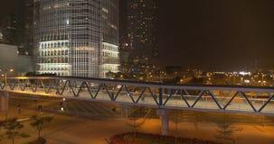 Πόλη, ουρανοξύστες και κτήρια νύχτας με το φωτισμό φιλμ μικρού μήκους